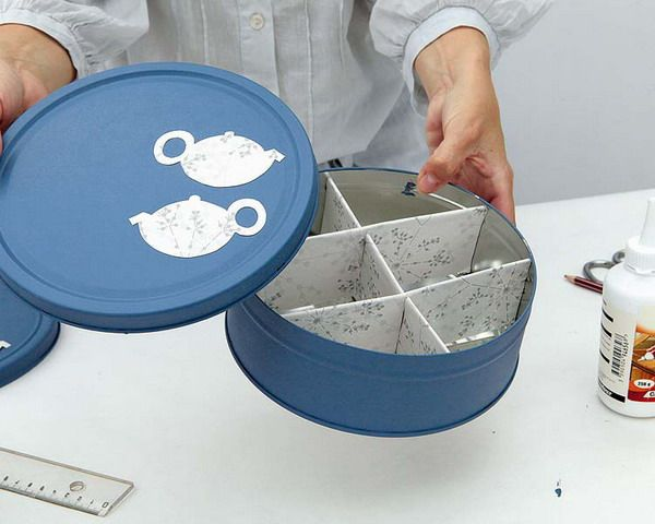 Speaking as someone who possesses an awful lot of different teas. This is a genius little plan. Or the storage where you screw jar lids onto the bottom of a board. I love the colours of the paper as well. --- Easy Project, Tea Bag Storage