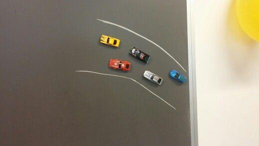 Järjestysluku. Pikkuauton pohjassa magneettinappi. Mikä autoista on ensimmäisenä? Kuinka monentena sininen auto on?