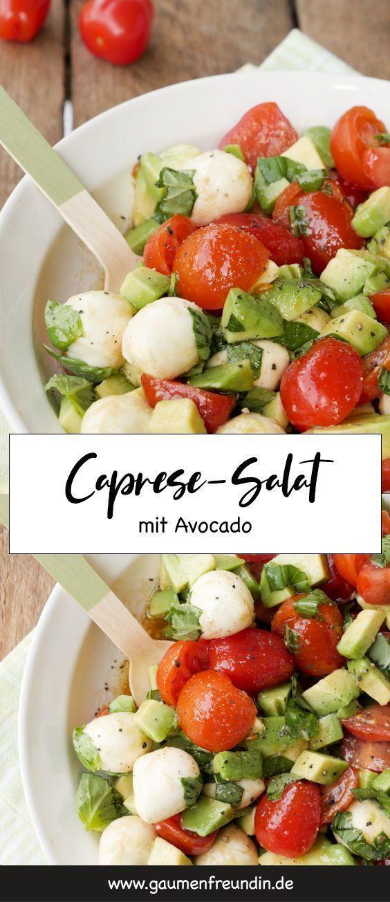 Schneller Caprese-Salat mit Avocado und TomatenFür den leckeren Caprese-Salat braucht ihr nur wenige Zutaten und gerade einmal 10 Minuten Zeit - Gaumenfreundin Foodblog #caprese #salat #tomaten #mozzarella #avocado #schnell #einfach #vegetarisch #sommer #gesund #lowcarb