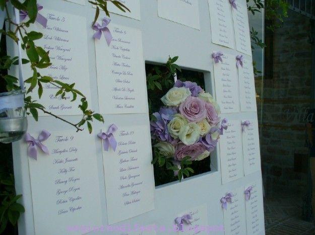 Tableau matrimonio originali fiori lilla - Fiori lilla e fiocchi in raso per il tableau originale decisamente poetico e romantico.