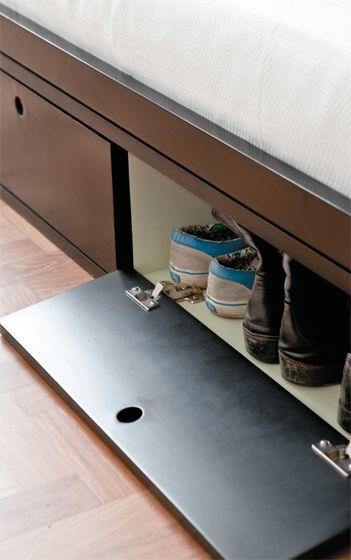 Duas sapateiras embutidas na base da cama ajudam a aproveitar cada centímetro disponível no quarto.