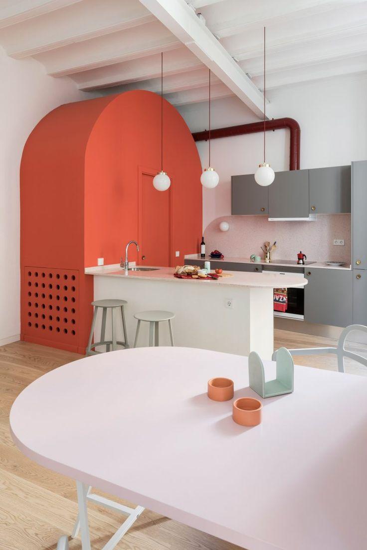 Tiefblaue Schränke und korallrosa Bögen definieren Barcelona Apartment neu