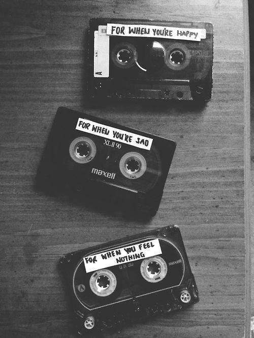 """Fitas cassete - Eram uma forma prática de levar suas músicas para viagens e festas. Disputávamos entre os amigos quem fazia a """"melhor"""" fita no mês. ♫ Cassette tapes - In a convenient way to take your music for trips and parties. Disputávamos among the friends who made the """"best"""" tape in the month. #vintage #saudade #longing"""