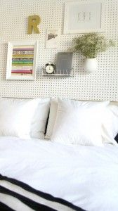 Ingenioso tablero de clavijas como cabecera de cama