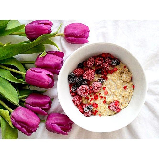 Zdrowe sobotnie śniadanie: owsianka z malinami i jagodami 😋 Jak miło zacząć piękny dzień 😊☀️  ---> Zapraszam na moją stronę na fb https://m.facebook.com/eatdrinklooklove/ ❤ . .  Healthy saturday breakfast: oatmeal with raspberries and blueberries 😋 How nice to start a beautiful day 😊☀️---> I invite you to my page on fb https://m.facebook.com/eatdrinklooklove/ ❤