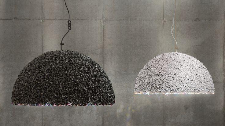 Die Lampe  HERZÖGIN von MAMMALAMPA. In dieser Lampe trifft das rauhe Gesicht des Steines die elegante Feinheit der Swarovski- Christalle. Keine zwei Herzöginnen sind auf der Erde gleich. Genießen Sie das beständig veränderliche und  unfassbare Glanz des Herzögin!   Preis ab 870 EUR! http://www.noerdlichesartzimmer.de/de/lampen/lampen_/pendelleuchte-mammalampa-the-dutchees-schwarze-herz%C3%B6gin-antrazit-grau