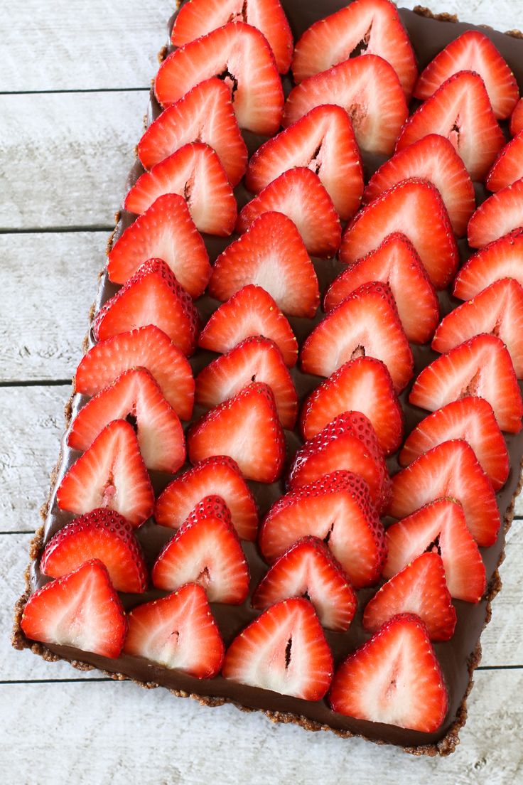 Gluten free vegan no-bake strawberry chocolate tart ...