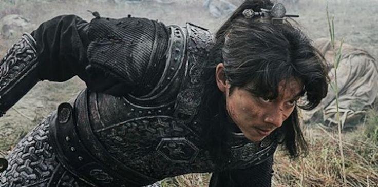 """Gong Yoo es un valiente guerrero en nuevas imágenes reveladas de """"Goblin"""" via @soompi"""