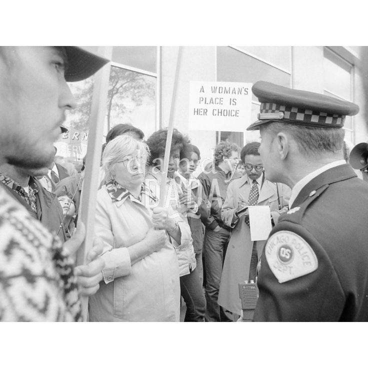 """Atheist Demonstration I Chicago 1979; il rapporto con la Chiesa cattolica negli Stati Uniti è sempre stato turbolento. Durante la visita alla cattedrale """"Holy Name"""", il santo padre Giovanni Paolo II è stato contestato da un gruppo di atei."""