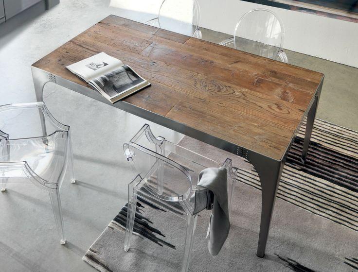 Tavolo in ferro levigato con piano in legno di recupero
