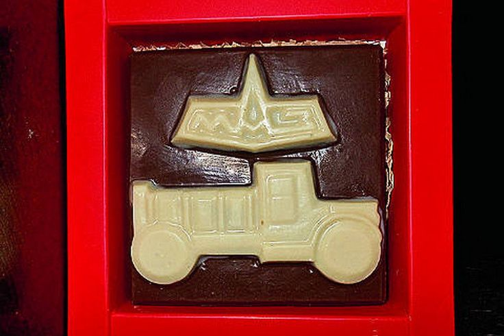Минский автомобильный завод недавно отметил 70-летний юбилей. По этому поводу были изготовлены сувениры – шоколадные самосвалы МАЗ-205.
