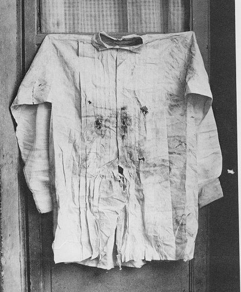 Camisa de Maximiliano después de su ejecución, nótese que se pueden ver los impactos de las balas en la estructura de la prenda.
