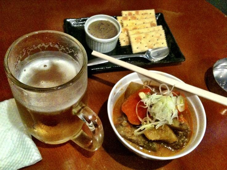 ひとり立ち飲みの定番。生ビール、モツ煮込み、鶏レバーのペースト