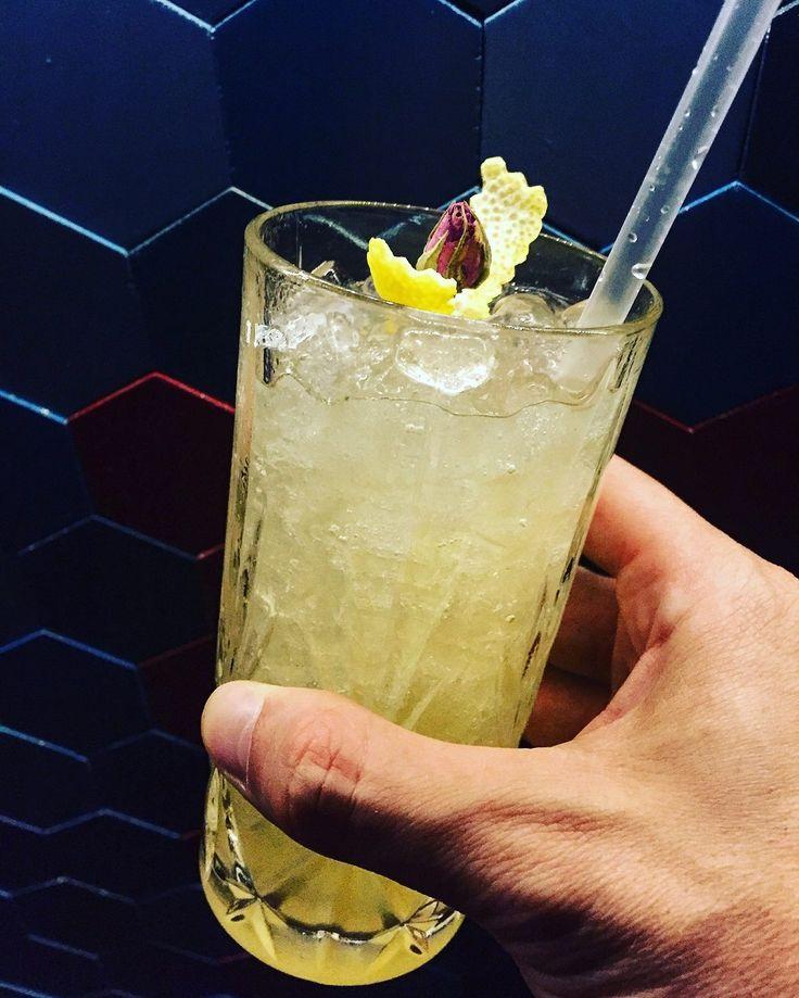 Med Summer Cooler cocktail (μαστίχα Skinos, gin Beefeater, μαρμελάδα τριαντάφυλλο, φυσικός χυμός λεμόνι, ταμπάσκο)