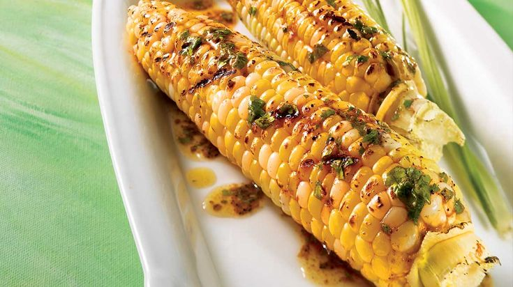 Épis de maïs sur le barbecue, beurre à la mexicaine