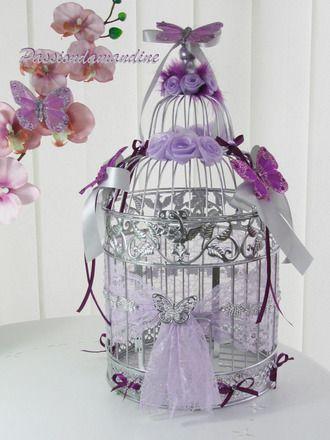 Magnifique cage de décoration en métal. 47,5 cm de hauteur et 25 cm de diamètre. Ouverture par la coupole. Couleur argent.  Décoration de fleurs couleur parme, plumes viole - 6250973