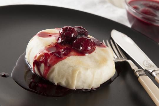 Запеченный Камамбер с ягодным соусом   ВкусВилл