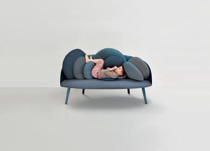 La stella del design francese Constance Guisset firma per il brand Petite Friture il divano a due posti Nubilo. Extra comfort, ha lo schienale composto da cuscini rotondi che si ispirano nuvole, palloncini, ciottoli. Pesa solo 30 kg e misura 155 x 70 cm.