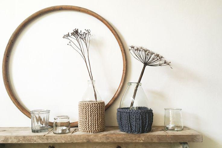 Warme Mäntelchen für die Vasen stricken und damit Herbstdeko zaubern. DIY Ideen stricken