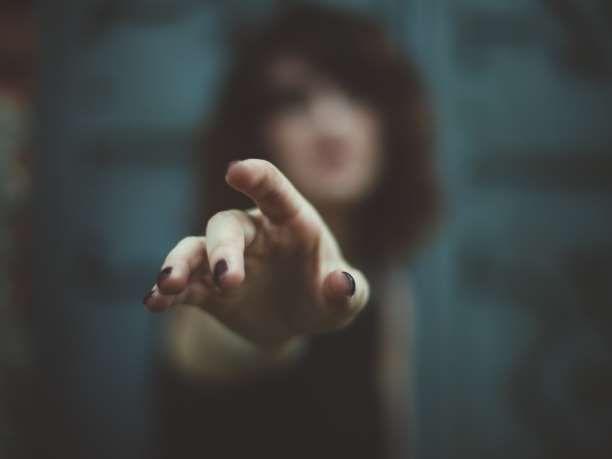 Από έναν έρωτα μπορείς να ξεφύγεις πιο εύκολα. Από τον οίκτο όχι.  Ο κίνδυνος της συμπόνιας, της συμπόνιας με την έννοια του ρυπαρού οίκτου και όχι της φιλαλληλίας που εξευγενίζει τη ζωή, είναι εξουθενωτικός, ευνουχιστικός, παραμορφωτικός.  Είναι αδύνατον να πιστέψει κανείς πόσο πολλές, στενές σ