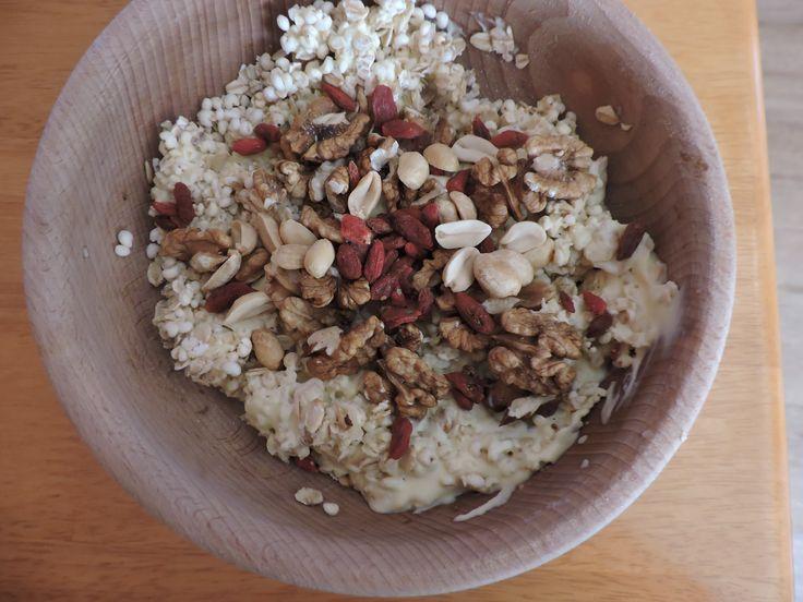 Jahelné pukance, ovesné vločky,goji, vlašské ořechy, arašídy, jogurt s příchutí vaječný likér