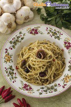 SPAGHETTI POVERI (poor man's spaghetti) sono un primo piatto semplice e realizzato con pochi ingredienti, che sprigionano profumi e sapori incredibili! Aggiungete anche dei #pomodorini freschi e il risultato sarà un successo! #GialloZafferano #ricetta #italianfood #italianrecipe