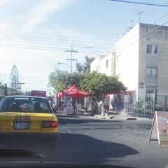La permisividad del Ayuntamiento de Guadalajara para el ambulantaje, no sólo en el Centro de la ciudad, estrangula las calles y dificulta la circulación vial. Foto del reportero ciudadano Dany de la Rocha.