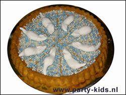 muizentaart van taartbodem met blauwe en/of roze muisjes en met witte snoep spekmuizen