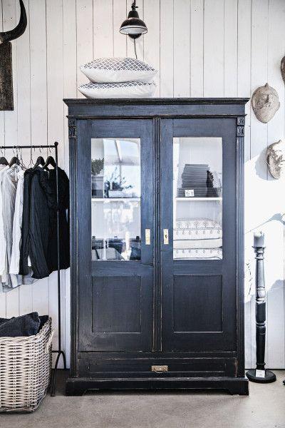 Vackert gammalt skåp med glasdörrar & låda nertill. Raka detaljer målad i matt svart färg & vitt på insidan. Endast för avhämtning i butik.