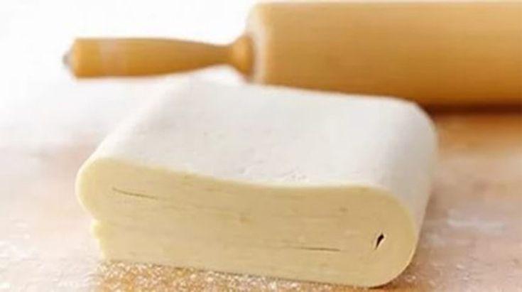 Vă prezentăm o rețetă de aluat foietaj pregătit într-un timp record. Aceste se obține moale și elastic, ce se întinde foarte ușor. Preparați un aluat perfect în doar 10 minute. Bucurați-i pe cei dragi cu prăjituri delicioase, moi, pufoase și crocante.  Echipa Bucătarul.tv vă dorește poftă bună alături de cei dragi! 1 Autor text: …