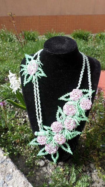 UNICAT  Colier handmade cu trandafiri si frunze, lucrat integral din margele de nisip de 2 mm, albe, roz, verzi. Lungime desfasurata: 75 cm.