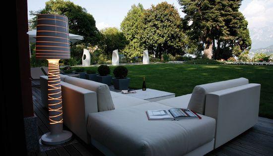 Wykonane z polietylenu stojące lampy ogrodowe są dziełem znanego projektanta marca Sadlera dla firmy Serralunga, producenta wydatkowych mebli ogrodowych i oświetlenia. Poznaj Lady Mary i Miss Jane - obydwie piękne i niepowtarzalne. Wysokie na 2 metry, dumnie oświetlają taras, ogród czy patio. Świetnie odnajdą się także w nowoczesnym wnętrzu.