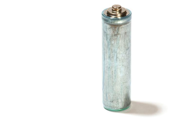 """米海軍、素材レベルで爆発を防ぐ「ニッケル3D亜鉛充電池」を開発。2019年実用化予定、リチウムイオン電池代替にも期待 - Engadget 日本版  ニッケル-3D亜鉛電池は、100回の充放電テストではニッケル水素充電式電池と競合しうる性能を示したとNRLは主張します。一方で、ハイブリッドカーを想定し短時間の高負荷状態を50000回以上散りばめた充放電テストでも、リチウムイオン充電式電池と同等の性能を示したとのこと。さらにニッケル-3D亜鉛電池はリチウムイオン電池よりも軽量に仕上げられるため、EVやハイブリッドカーなら電費面での貢献も期待できそうです。  NRLが開発したのは、ニッケル-3D亜鉛(Ni-3D Zn)電池と称する充電式電池。デンドライトの析出を防止するために亜鉛の陽(プラス)極を""""3Dスポンジ""""構造にしたのが大きな改善点です。"""