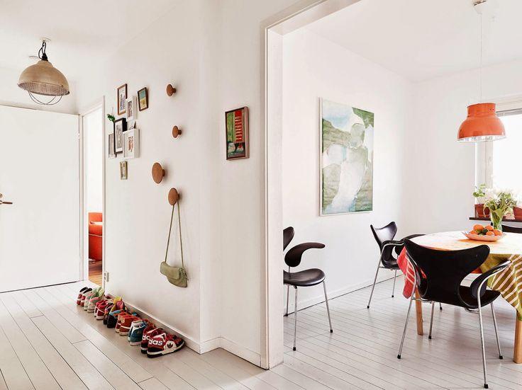 Nem tehetek róla, szenvedélyesen szeretem a skandináv otthonokat. Ma egy olyan példát mutatok, amiben még a szokásosnál is szín és anyag jelenik meg, és mégis a végeredmény személyes, és ízléses.