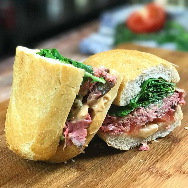 Idee per un pranzo veloce e appetitoso? Provate il panino di #ChefLello con roast beef, formaggio, salsa rosa e insalata! A breve la ricetta! 😋🍔  -⠀  #chefincamicia #panino #yummy #food #instafood #roastbeef #yummy #taste #italianchef #ricettaveloce #recipe #fastrecipe #igersfood