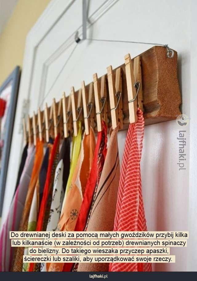 Wieszak DIY - Do drewnianej deski za pomocą małych gwoździków przybij kilka lub kilkanaście (w zależności od potrzeb) drewnianych spinaczy do bielizny. Do takiego wieszaka przyczep apaszki, ściereczki lub szaliki, aby uporządkować swoje rzeczy.