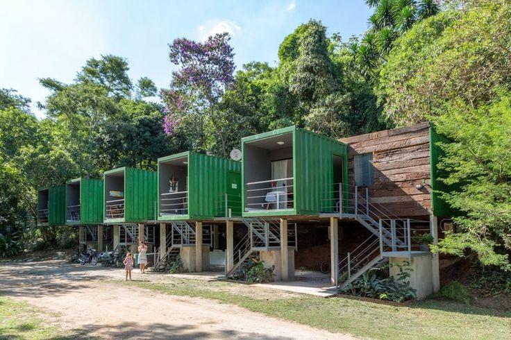 Pequena e integrada, a casa de DANIELA TOMBINI, do Mini Móbile Ateliê, foi montada em um contêiner, para viver junto à natureza com sua filha, DORA.