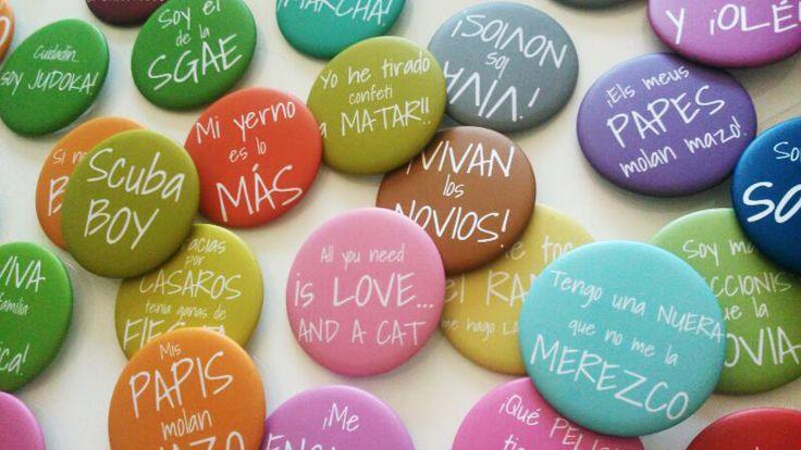 Chapas personalizadas para cada invitado de tu boda. Quedarán encantados!  Diseñalas tu mismo en Camaloon.es #chapas #buttons