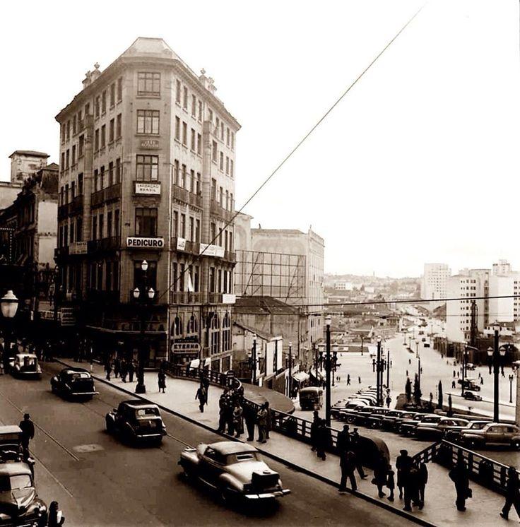 1943 - Rua Líbero Badaró. Foto tirada de costas para a praça do Patriarca, no sentido do Largo de São Francisco à esquerda. Ao fundo à direita temos o Vale do Anhangabaú sentido praça das Bandeiras.