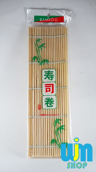 Gulungan Sushi Kuning Ukuran: 24cm x 24cm Berat: 50gram Bahan: Bambu  1kg via JNE bisa muat hingga 20 bungkus gulungan sushi  Minat: SMS/WA: 08996752411 PIN BB: 57EE3E90 WEB: http://wjmshop.com/tikar-bambu-kuning/
