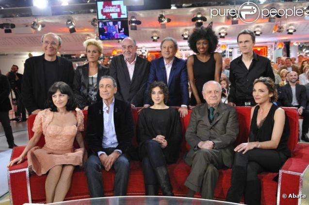 Michel Drucker entouré des invités de  Vivement dimanche  dans l'émission enregistrée le mercredi 25 février à Paris. Diffusion prévue le dimanche 6 mai.