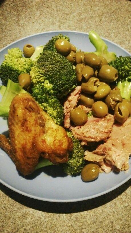 Brokolice ze zavarovacky, cca 250g do zavarovaci sklenice na 2 minuty, 80g tunaka v oliv oleji, hrst oliv, kureci kridlo z obeda. Prakticky uznavam hodne PALEO. Nejim tak porad, protoze bych byl vyrysovej az hruza.. a je porad jeste zima :)) Jako vecere mi to staci, je v tom cca 20g proteinu na noc, zdrave tuky, vitaminy, vlaknina, atd.. Pokud si myslite ze budete mit po tomhle hlad pridejte na brokolici jeste oliv olej.