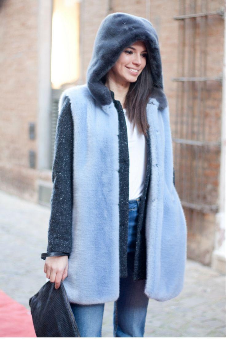 Il gilet di ecopelliccia è il capo giusto per stupire e farsi notare! In questa versione bicolor poi è veramente glamour. #holidays #furgilet #denim #clutchbag #musthave #muststyle #tendence #italianstyle #winteroutfit #dress #girly #fashion #style #model #laltrastoria #fallwinter2016-17 #madeinitaly #rimini #senigallia #fano