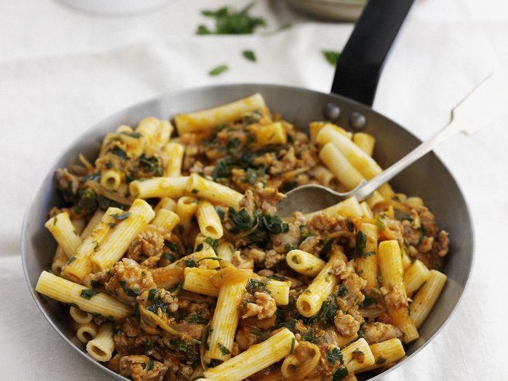 Pasta mit Hackfleisch-Kräuter-Soße | Zeit: 30 Min. | http://eatsmarter.de/rezepte/pasta-mit-hackfleisch-kraeuter-sosse