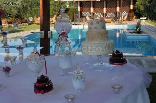 http://www.lemienozze.it/gallerie/torte-nuziali-foto/img23772.html Torta nuziale, mini cake e confetti per il matrimonio