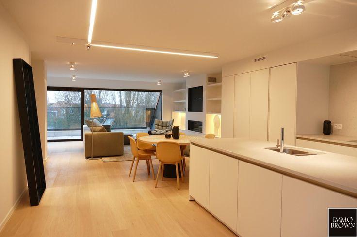 Prachtige nieuwbouwresidentie 'Zoute View' op een mooie ligging in Knokke, rustig gelegen op wandelafstand van het strand en het Albertplein. De residentie bestaat uit 4 ruime en luxueus afgewerkte woonappartementen (1 appartement per verdieping). 8m gevelbreedte. Prachtig open zicht over de villa's en het groen. Verkoop onder gesplitst stelsel. Concept: Luc Declercq - EL.  Nieuwbouw duplex appartement met 2 slaapkamers, gelegen op de derde verdieping van deze prestigieuze residentie dat…