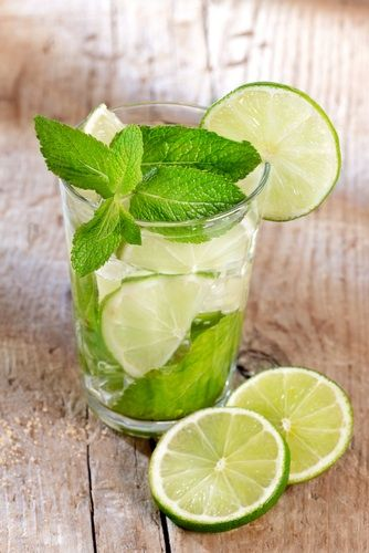 Limes are a perfect superfood for summer! This is a GREAT recipe for Sparkling Lime Mint Quencher! #summer #drinks #lowcalorie