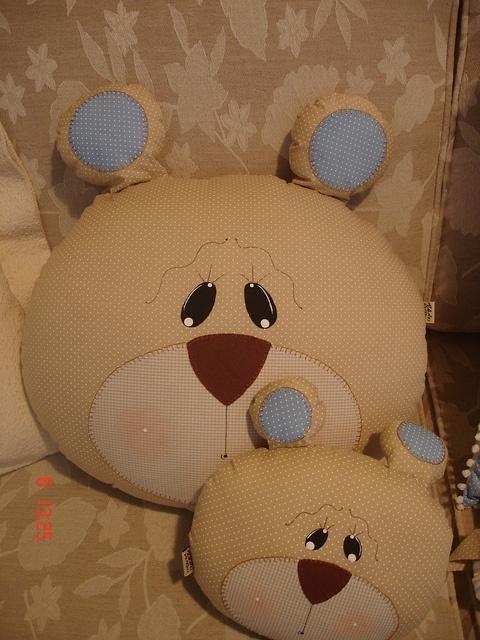 Almofadas grande e pequena carinha de urso do enxoval de bebê coleção Ursinhos by Angela Cherem Atelier, via Flickr