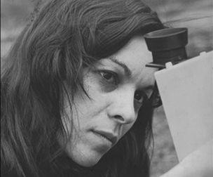 """Nil Yalter-Nil Yalter Türkiyeli ilk kadın video sanatçısıdır. """"Hem kamera bana bakıyor, hem de ben kameraya bakıyorum."""" Doğum Tarihi: 15/01/1938"""