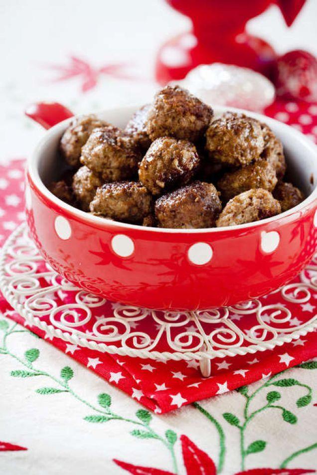 Julköttbullar är gott till jul och en klassiker på julbordet. Här är ett enkelt och gott recept på köttbullar kryddat med bland annat kryddpeppar.
